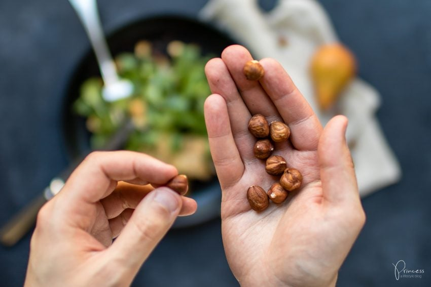 Feta in Haselnusskruste auf Birnen-Feldsalat
