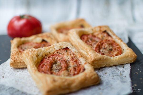 Schnelle Grillbeilage: Blätterteig-Kissen mit Schinken & Tomate