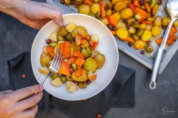 Winter-Ofengemüse mit Kürbis, Kartoffeln und Rosenkohl
